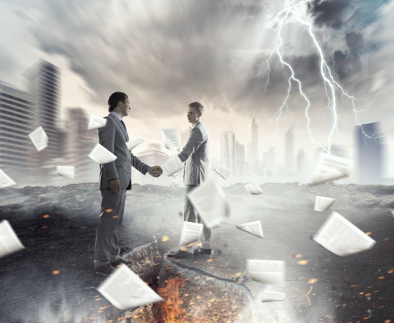 Επανασύνδεση για να υπερνικήσει την κρίση Μικτά μέσα στοκ φωτογραφίες