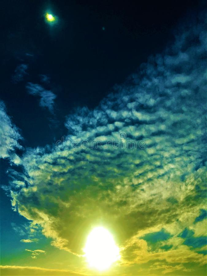 Επαναφορτίστε την ενέργειά σας! Ήλιος, φύση και ουρανός στοκ εικόνες