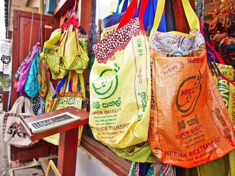 Επαναχρησιμοποιήσιμες τσάντες παντοπωλείων που γίνονται από τις τσάντες ρυζιού στοκ εικόνες