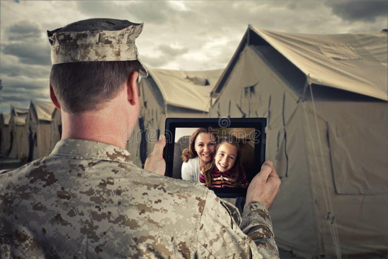 Επεκταμένες συνομιλίες στρατιωτικών με την οικογένεια στοκ εικόνες