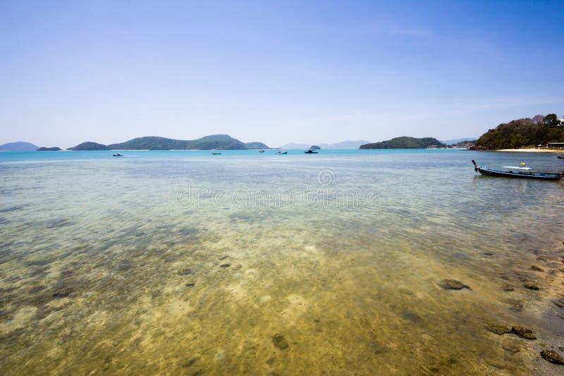 Επεκτατική άποψη ενός ρηχού σκοπέλου σε ένα τροπικό νησί στοκ φωτογραφία με δικαίωμα ελεύθερης χρήσης