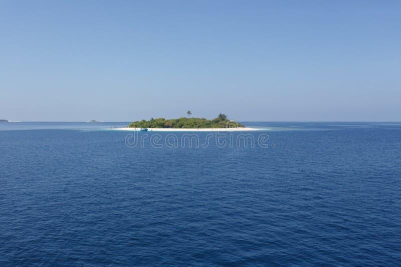 Επεκτατικός μπλε ωκεανός με το μικρό τροπικό νησί στοκ εικόνες