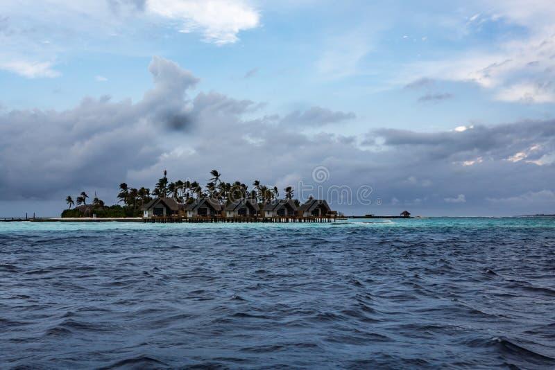 Επεκτατικός μπλε ωκεανός με το μικρό τροπικό νησί στοκ φωτογραφία με δικαίωμα ελεύθερης χρήσης