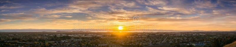 Επεκτατικό πανόραμα ηλιοβασιλέματος που περιλαμβάνει τις πόλεις του κόλπου του ανατολικού Σαν Φρανσίσκο στοκ φωτογραφία
