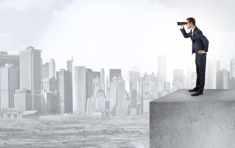 Επενδυτής που κοιτάζει στην πόλη από την απόσταση στοκ φωτογραφία με δικαίωμα ελεύθερης χρήσης