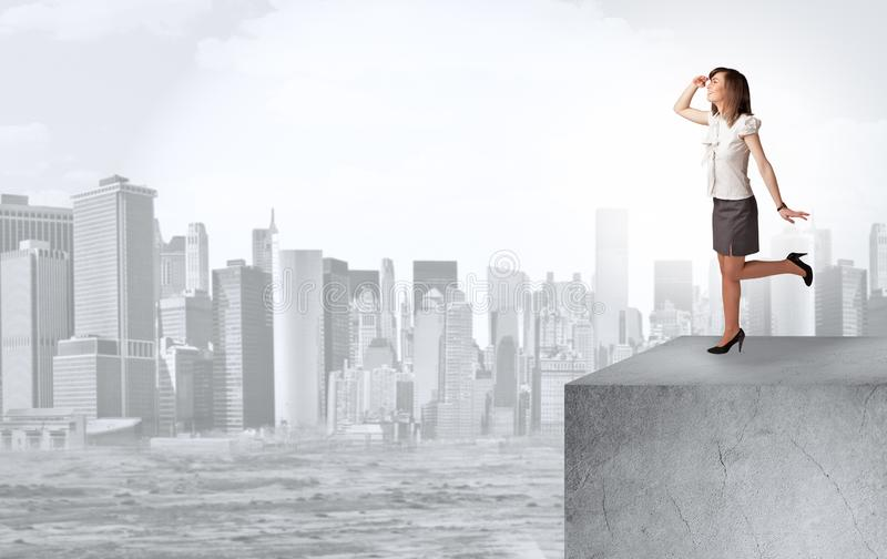 Επενδυτής που κοιτάζει στην πόλη από την απόσταση στοκ εικόνα