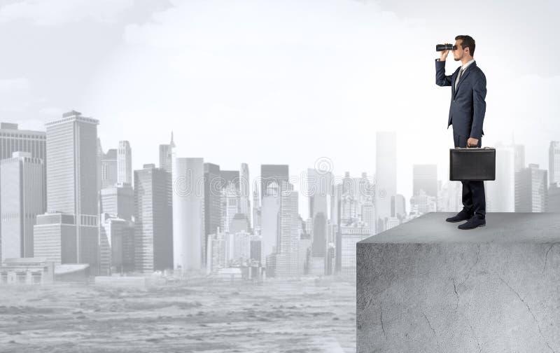 Επενδυτής που κοιτάζει στην πόλη από την απόσταση στοκ εικόνες με δικαίωμα ελεύθερης χρήσης
