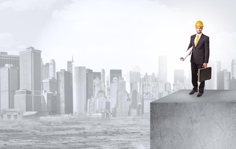 Επενδυτής που κοιτάζει στην πόλη από την απόσταση στοκ εικόνα με δικαίωμα ελεύθερης χρήσης
