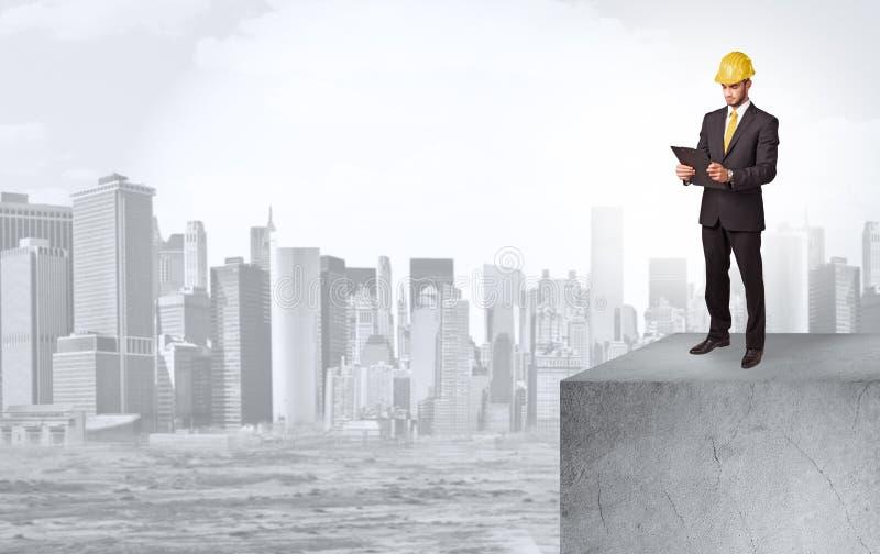 Επενδυτής που κοιτάζει στην πόλη από την απόσταση ελεύθερη απεικόνιση δικαιώματος