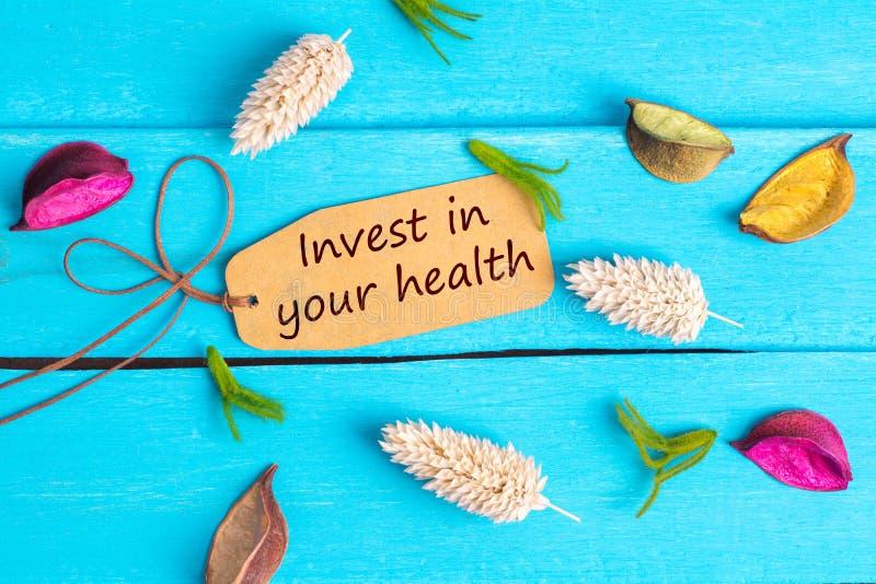 Επενδύστε στο κείμενο υγείας σας στην ετικέττα εγγράφου στοκ φωτογραφίες με δικαίωμα ελεύθερης χρήσης
