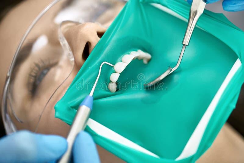 Επεξεργασία δοντιών της όμορφης γυναίκας στην οδοντική κλινική στοκ εικόνες με δικαίωμα ελεύθερης χρήσης