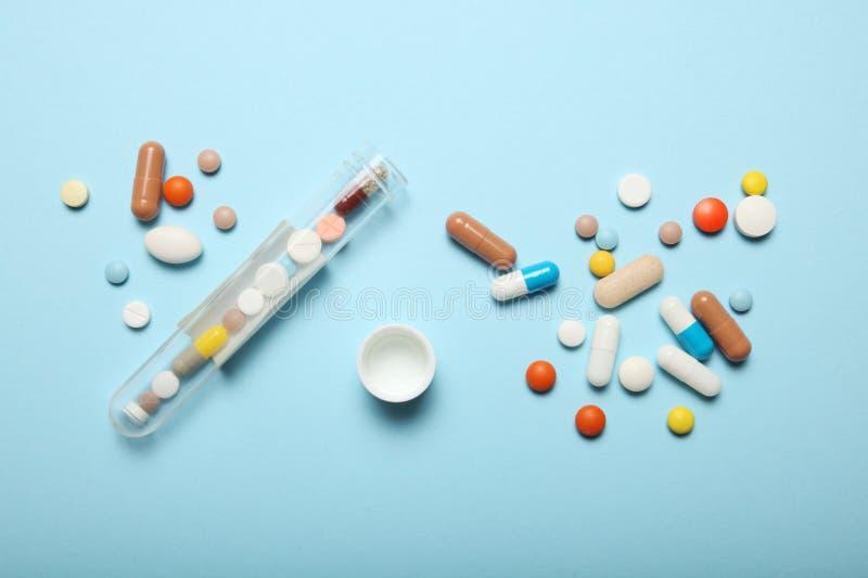 Επεξεργασία και έννοια φαρμακείων Χάπια και φάρμακα υπερβολικής δόσης στοκ φωτογραφίες