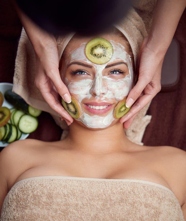 Επεξεργασία με τη μάσκα ακτινίδιων στο του προσώπου δέρμα στοκ εικόνες