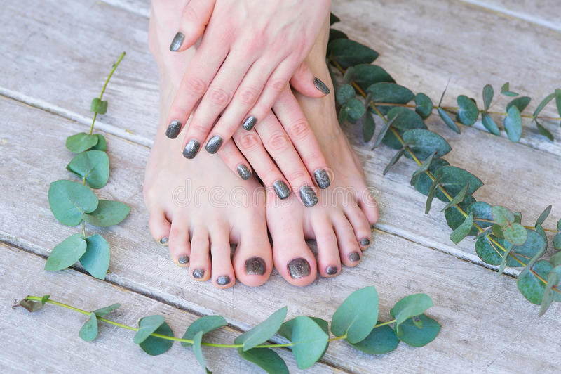 Επεξεργασία ομορφιάς για το δάχτυλο γυναικών και το καρφί toe στοκ εικόνες