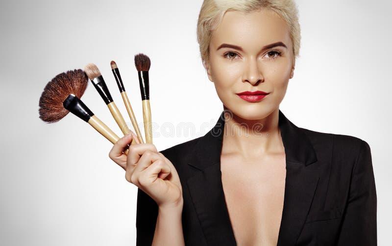 επεξεργασία σαπουνιών πετρελαίου σύνθεσης ομορφιάς λουτρών κορίτσι βουρτσών makeup Η μόδα αποζημιώνει την προκλητική γυναίκα make στοκ φωτογραφία με δικαίωμα ελεύθερης χρήσης