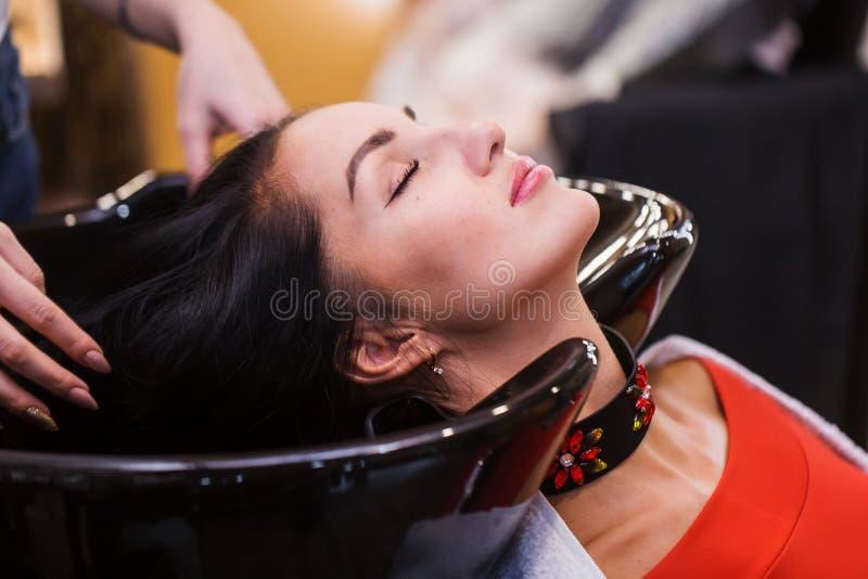 Επεξεργασία SPA στην τρίχα μιας όμορφης γυναίκας σε ένα σαλόνι ομορφιάς, πορτρέτο κινηματογραφήσεων σε πρώτο πλάνο στοκ εικόνες