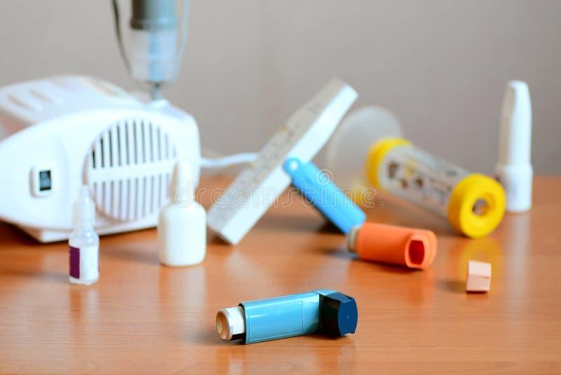 Επεξεργασίες άσθματος, φάρμακα και σχετικός εξοπλισμός Χρησιμοποίηση nebulizer, inhaler, μέγιστος μετρητής ροής, πλήκτρο διαστήμα στοκ εικόνα