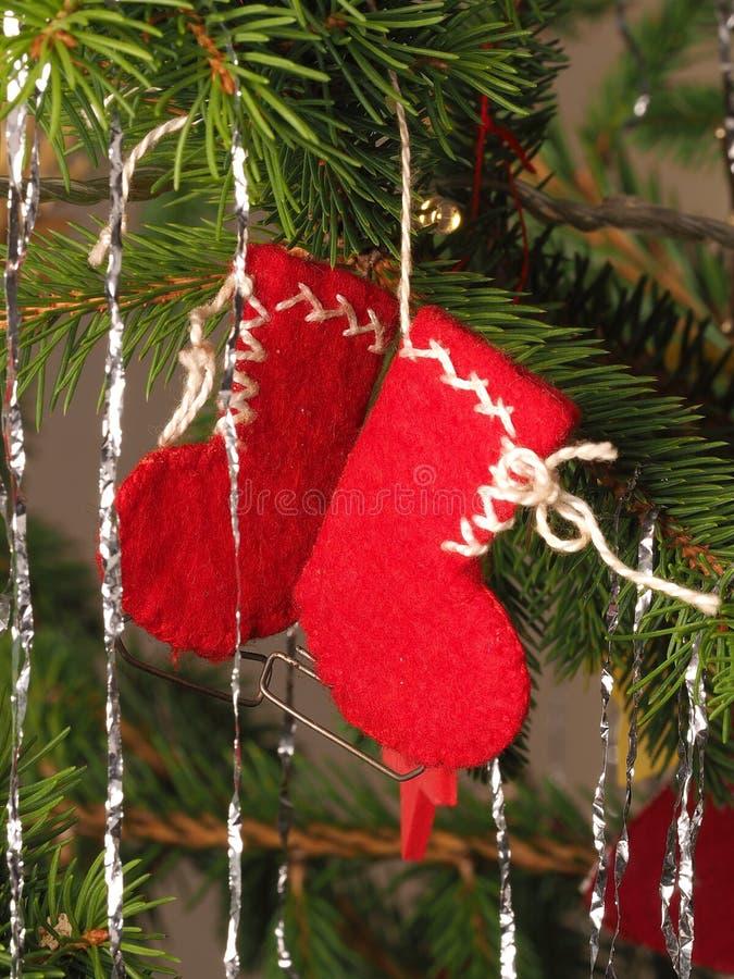 Επεξεργασμένες χέρι παραδοσιακές κόκκινες μπότες διακοσμήσεων χριστουγεννιάτικων δέντρων που κρεμούν σε έναν κλάδο δέντρων στοκ εικόνες με δικαίωμα ελεύθερης χρήσης