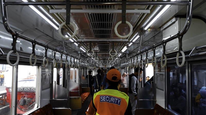 Επιβάτες μέσα στη αμαξοστοιχία περιφερειακού σιδηροδρόμου στο σταθμό της Τζακάρτα Kota στοκ εικόνες με δικαίωμα ελεύθερης χρήσης