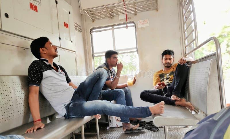 Επιβάτες μέσα στο ινδικό τοπικό τραίνο σιδηροδρόμων στοκ φωτογραφία με δικαίωμα ελεύθερης χρήσης