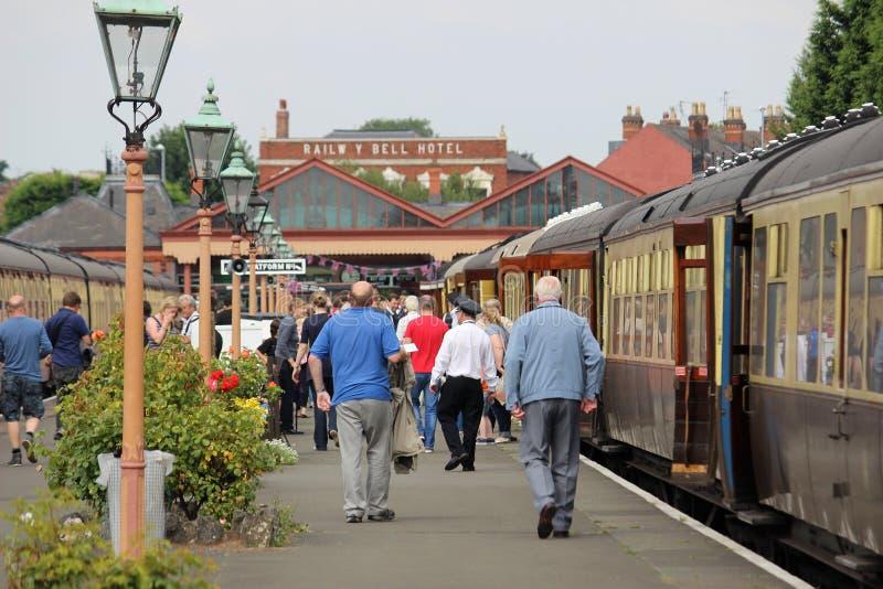 Επιβάτες που αφήνουν το σιδηρόδρομο κοιλάδων Severn τραίνων στοκ εικόνα με δικαίωμα ελεύθερης χρήσης
