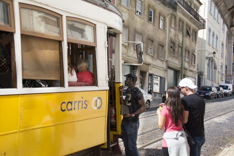 Επιβάτες που εισάγουν το τραμ στοκ φωτογραφία με δικαίωμα ελεύθερης χρήσης