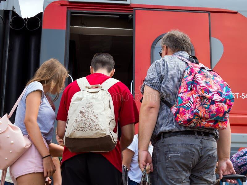 Επιβάτες που περιμένουν την προσγείωση στη ανοιχτή πόρτα ενός αυτοκινήτου σιδηροδρόμων στοκ φωτογραφία με δικαίωμα ελεύθερης χρήσης