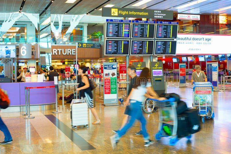 Επιβάτες στη βιασύνη στον αερολιμένα στοκ εικόνες