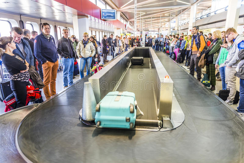 Επιβάτες στο ιπποδρόμιο αποσκευών στον αερολιμένα Tegel στοκ εικόνες με δικαίωμα ελεύθερης χρήσης