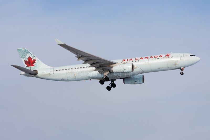 Επιβάτης αεροπλάνου γ-GHKR airbus A330-300 του Air Canada που προσγειώνεται στον αερολιμένα της Φρανκφούρτης στοκ εικόνες