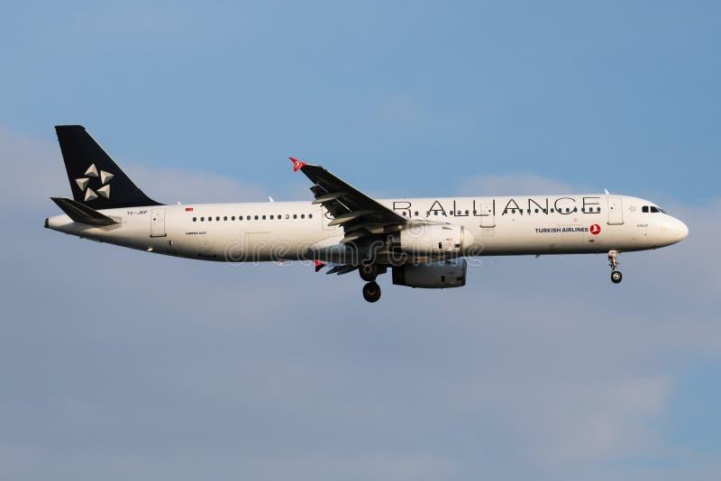 Επιβάτης αεροπλάνου TC-JRP airbus A321 της Turkish Airlines συμμαχίας αστεριών που προσγειώνεται στη Ιστανμπούλ Ataturk στοκ φωτογραφία με δικαίωμα ελεύθερης χρήσης
