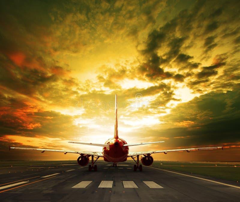 Επιβάτης αεροπλάνου έτοιμος να απογειωθεί στη χρήση διαδρόμων αερολιμένων για το tra στοκ εικόνες
