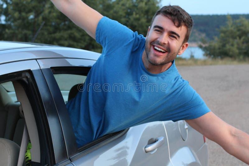 Επιβάτης αυτοκινήτων που αισθάνεται ελεύθερος κατά τη διάρκεια του οδικού ταξιδιού στοκ εικόνες