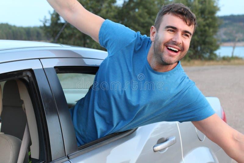 Επιβάτης αυτοκινήτων που αισθάνεται ελεύθερος κατά τη διάρκεια του οδικού ταξιδιού στοκ φωτογραφία με δικαίωμα ελεύθερης χρήσης