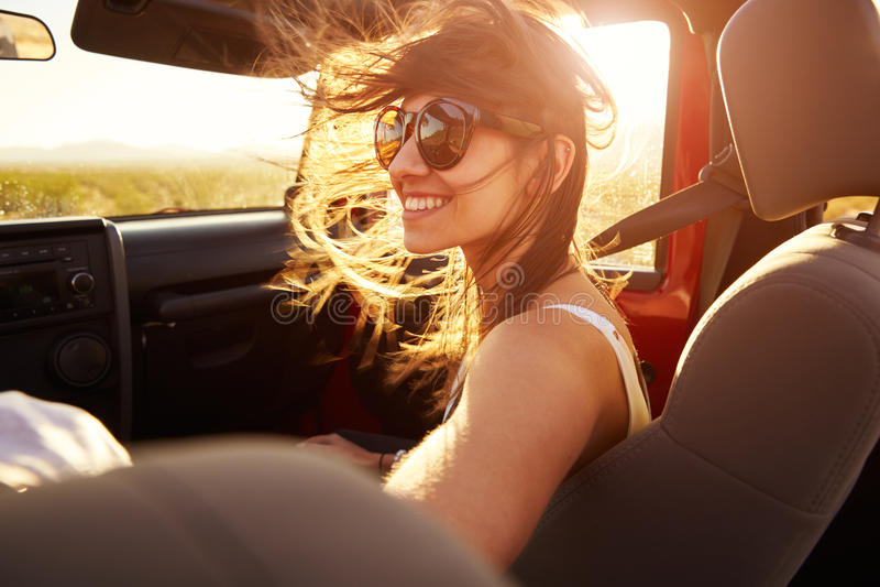 Επιβάτης γυναικών στο οδικό ταξίδι στο μετατρέψιμο αυτοκίνητο στοκ εικόνα