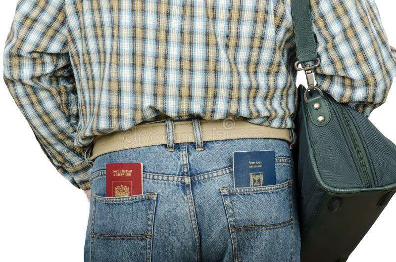 Επιβάτης που κρατά τα ρωσικά και ισραηλινά διαβατήρια στις οπίσθιες τσέπες στοκ φωτογραφίες