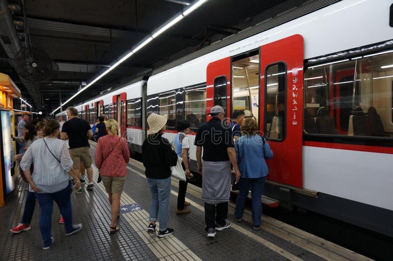 Επιβίβαση του τραίνου στη Βαρκελώνη στοκ φωτογραφίες με δικαίωμα ελεύθερης χρήσης