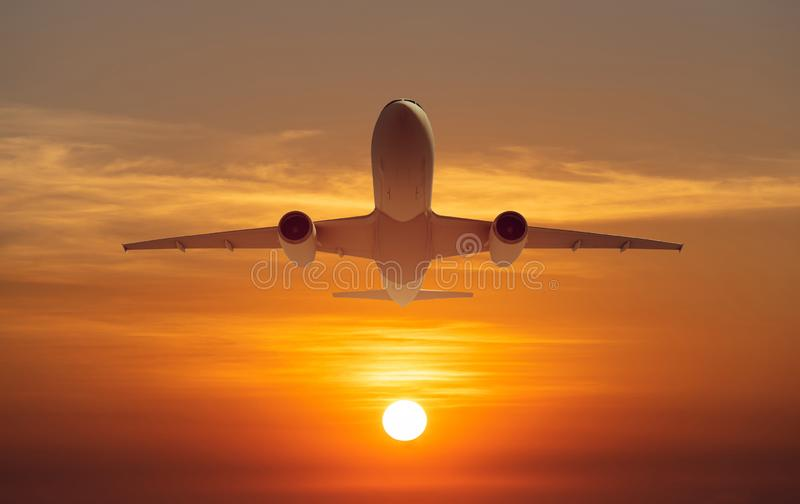 Επιβατηγό αεροπλάνο πετάει πάνω από διάδρομο απογείωσης από το αεροδρόμιο το ηλιοβασίλεμα, ανατολή στοκ φωτογραφίες με δικαίωμα ελεύθερης χρήσης