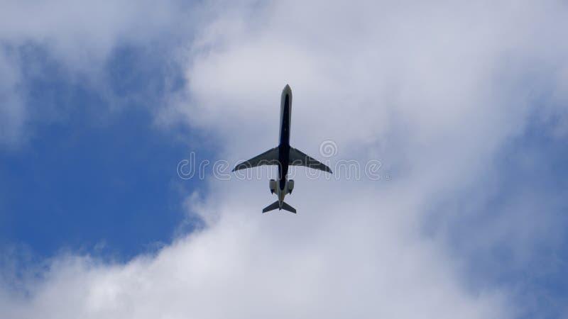 Επιβατηγό αεροσκάφος κάτω από ένα σύννεφο στοκ φωτογραφίες με δικαίωμα ελεύθερης χρήσης