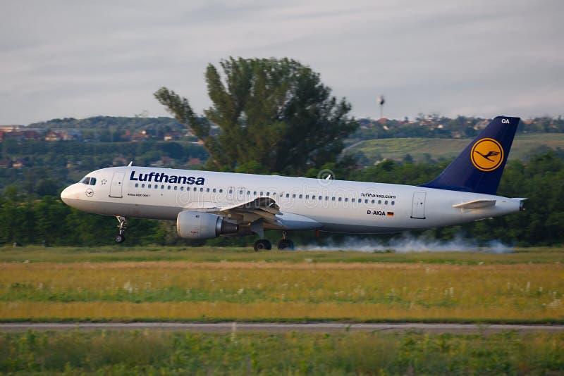 Επιβατηγό αεροσκάφος σχετικά με κάτω στοκ εικόνα