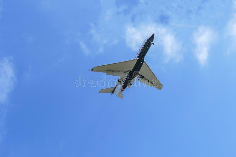 Επιβατηγό αεροσκάφος Commerical που βλέπει από κάτω από στοκ εικόνες