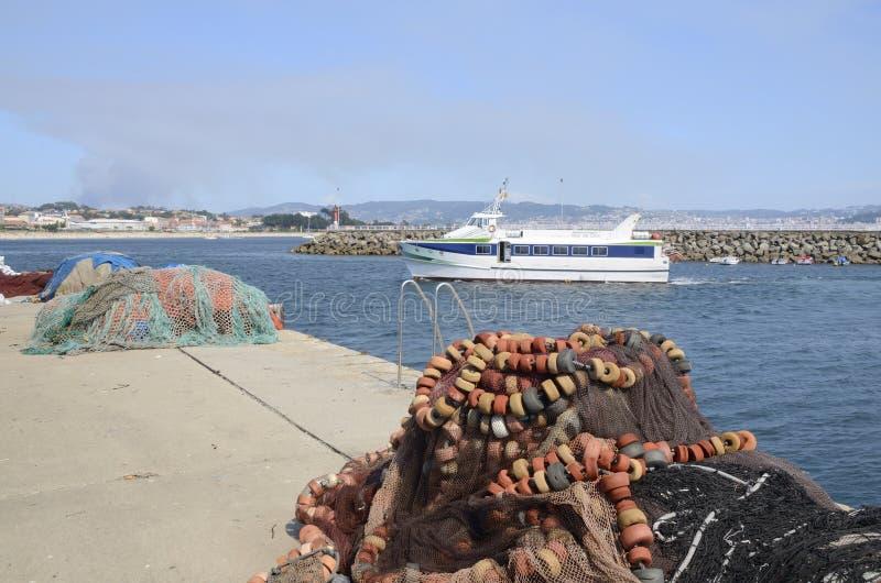 Επιβατηγό πλοίο που περνά από το λιμένα στοκ φωτογραφία με δικαίωμα ελεύθερης χρήσης
