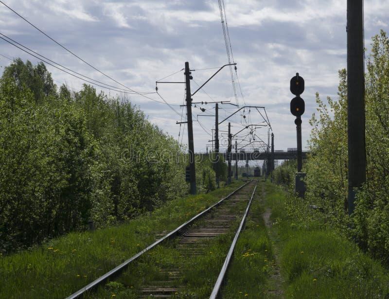 Επιβατική αμαξοστοιχία υψηλής ταχύτητας στη διαδρομή σιδηροδρόμου στην κίνηση τη νύχτα Θολωμένη αμαξοστοιχία περιφερειακού σιδηρο απεικόνιση αποθεμάτων