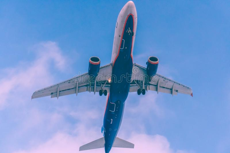 Επιβατικό αεροπλάνο που πετά πέρα από το κεφάλι που είναι στην προσέγγιση προσγείωσης στοκ φωτογραφίες με δικαίωμα ελεύθερης χρήσης
