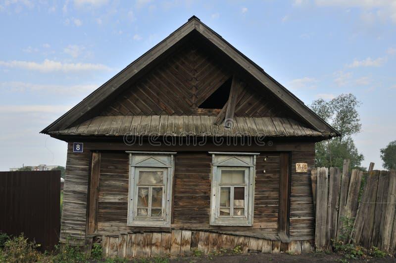 Επιβιβασμένος επάνω στα παράθυρα στον παλαιό ξύλινο τοίχο του σπιτιού Η γλυπτική εξωραΐζει το παλαιό παράθυρο Οι τοίχοι του σπιτι στοκ φωτογραφίες