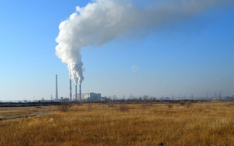 Επιβλαβείς εκπομπές στην ατμόσφαιρα από τους σωλήνες των εγκαταστάσεων παραγωγής ενέργειας στοκ εικόνα