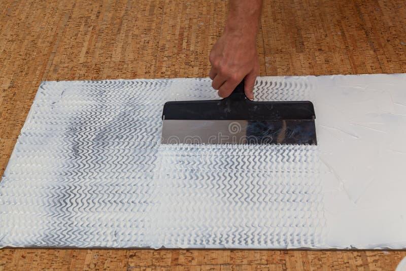 Επιβολή της κόλλας spatula σε μια απομονώνοντας επιτροπή στοκ φωτογραφία με δικαίωμα ελεύθερης χρήσης