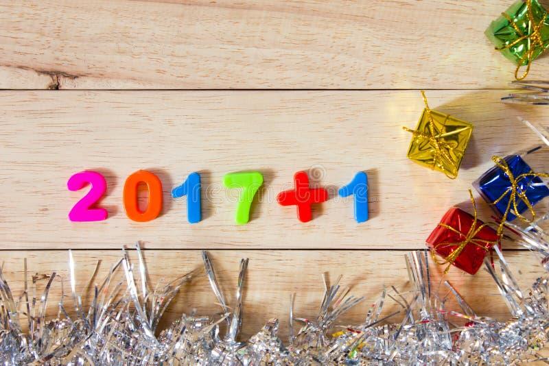 Επιγραφή αριθμού 2018 στο ξύλινο υπόβαθρο, χρυσό κιβώτιο, δώρο στοκ εικόνες