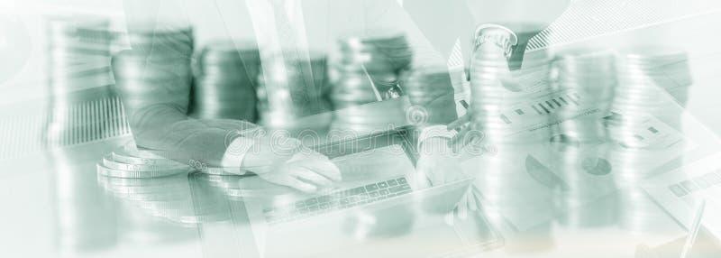 Επιγραφή ιστοχώρου Διπλοί επιχειρηματίες έκθεσης Υπόβαθρο Finace νομισμάτων στοκ εικόνα με δικαίωμα ελεύθερης χρήσης