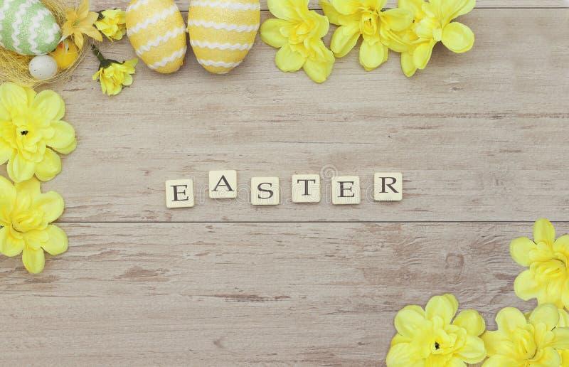 Επιγραφή με χρωματισμένα τα Πάσχα αυγά στοκ εικόνα